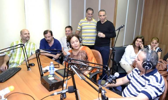 Arleen con los invitados del programa. Foto: Abel Rojas Barallobre/ Radio Rebelde