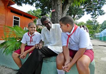 """""""Cuando vienen a pedir un consejo, una ayuda, nos dan una satisfacción…"""". Foto: Susana Tesoro/ Archivo Cubadebate."""