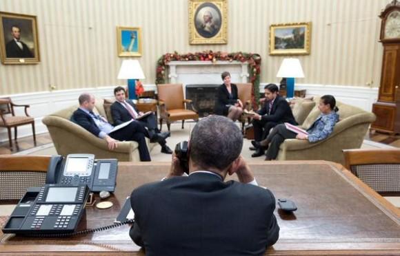 Obama conversa por teléfono con el presidente cubano Raúl Castro, el 16 de diciembre de 2014. Foto: Casa Blanca.