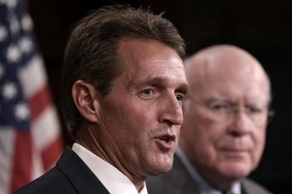 El senador Jeff Flake durante una conferencia de prensa en el Capitolio para presentar el proyecto de ley sobre viajes a Cuba. Foto: Getty Images