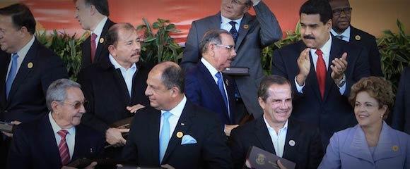 Los gobernantes de los 33 países de la Celac, o sus representantes, posaron para la prensa por la tarde. Solís ofició de interlocutor y Raúl Castro fue protagonista. | ALBERT MARÍN