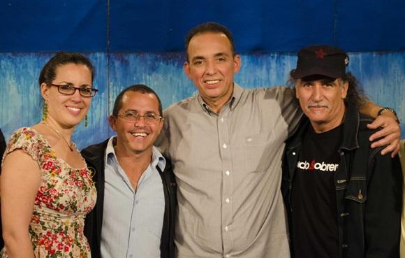 Antonio Guerrero junto a trovadores y el equipo de realización de Entre Manos. Foto: Claudio Pelaez Sordo.