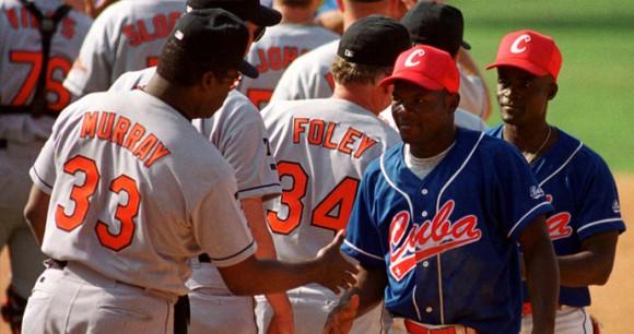 Los Orioles de Baltimore y el equipo Cuba durante el juego de exhibición de 1999.