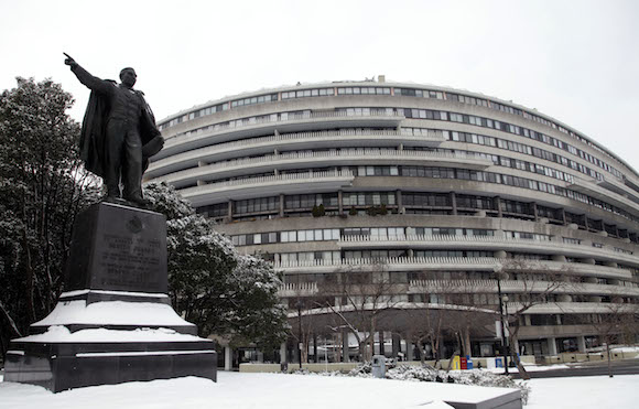 Una estatua del Presidente  mexicano Benito Juárez señala en dirección opuesta al complejo Watergate en Washington. Foto: Ismael Francisco/ Cubadebate