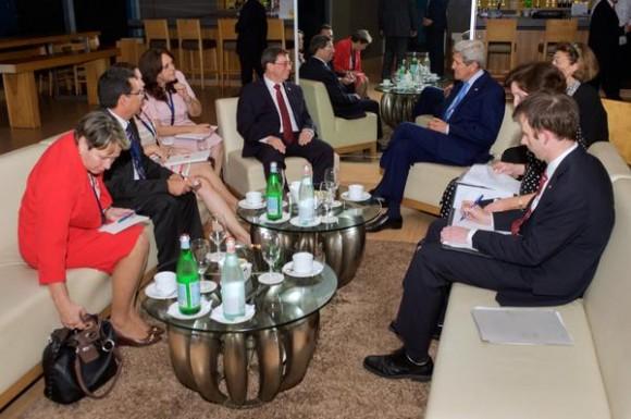 El Canciller cubano Bruno Rodríguez y el Secretario de Estado norteamericano John Kerry se reunieron esta noche en Panamá, 9 de abril de 2015. Foto: Twitter del Departamento de Estado