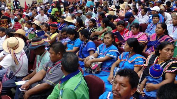 En la Cumbre de los Pueblos, esperando por Evo Morales. Foto: Ismael Francisco/ Cubadebate