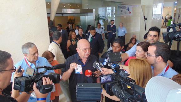 Miguel Barnet ofrece declaraciones a la prensa. Foto: Cubadebate