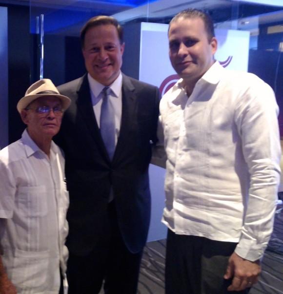 El Reverendo Raúl Suárez y Luis Morlote, vicepresidente de la UNEAC, junto al Presidente Juan Carlos Varela, en los estudios de CNN en Panamá. Foto: Cubadebate