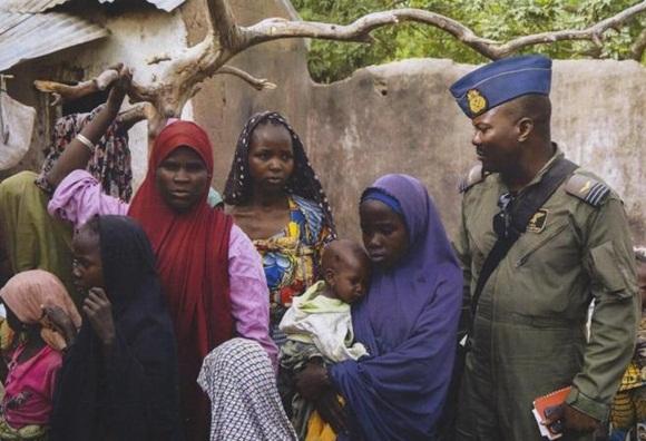 Cientos de traumatizadas mujeres y niños nigerianos rescatados de manos de los islamistas de Boko Haram fueron puestos al cuidado de las autoridades en un campamento de refugiados de la ciudad oriental de Yola, dijo un portavoz militar.