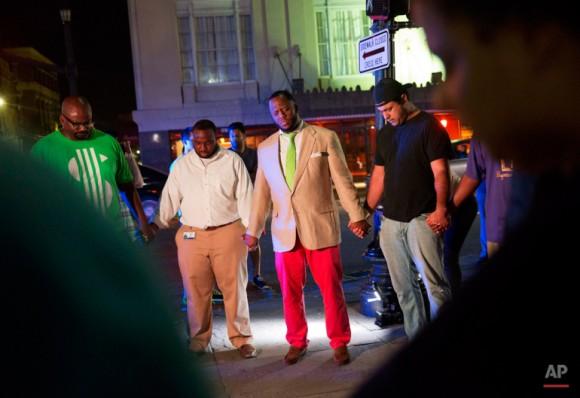 Los fieles se reúnen para rezar en la calle de la Iglesia Emanuel. Foto: David Goldman/ AP