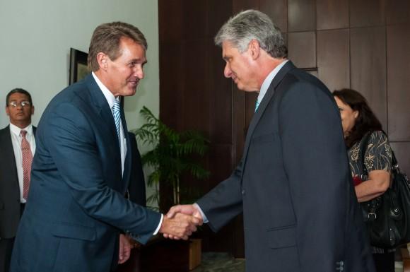 Díaz-Canel recibe al Senador Jeff Flake, el 13 de junio de 2015. Foto: Calixto N. Llanes / Juventud Rebelde / Cubadebate