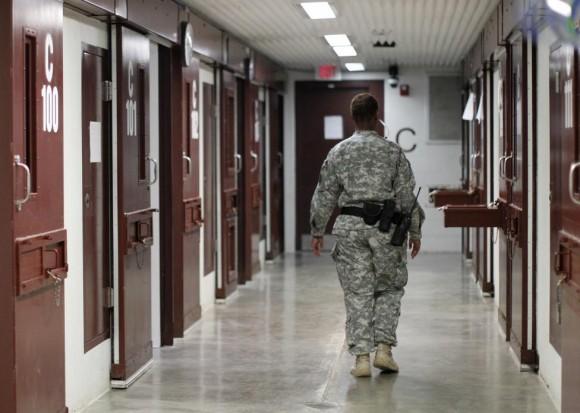 Un guardia camina a través de un bloque de celdas dentro de Campo V, una prisión utilizado para albergar a los detenidos en la Bahía de Guantánamo Base Naval de Estados Unidos 5 de marzo de 2013. Foto: Bob Strong/ Reuters.