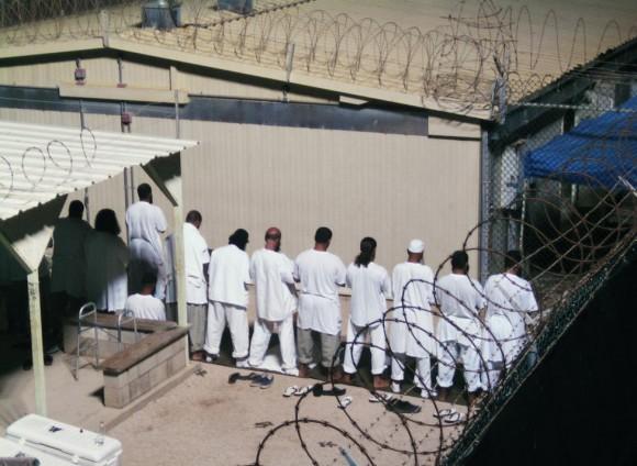 Los detenidos participan en una sesión de oración de la mañana temprano en el campamento IV en el centro de detención de la Bahía de Guantánamo, 5 de agosto 2009. Foto: Deborah Gembara/ Reuters.