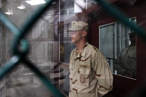 Un guardia se encuentra dentro de una puerta en la planta de Campo 6 de detención, 31 de mayo 2009. Foto: Brennan Linsley/ Reuters.