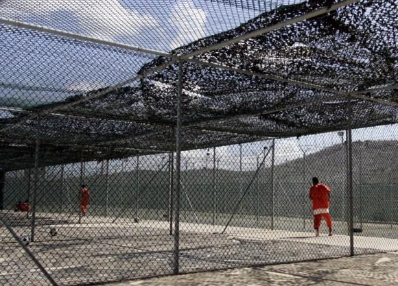 Los detenidos en Camp Delta en los EE.UU. la Base Naval de Guantánamo, Cuba ejercicio en el Campo 3, el 28 de julio de 2004. Foto: Joe Skipper/ Reuters.