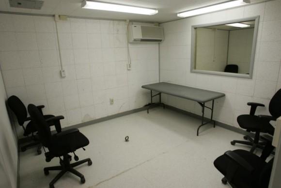 Una sala de interrogatorios se muestra donde los detenidos son entrevistados en el Camp Delta en los EE.UU. Base Naval de la Bahía de Guantánamo, Cuba 28 de julio de 2004. En el piso en el centro de la habitación está un perno de ojo donde los detenidos pueden ser encadenados, si es necesario. Foto: Joe Skipper/ Reuters.