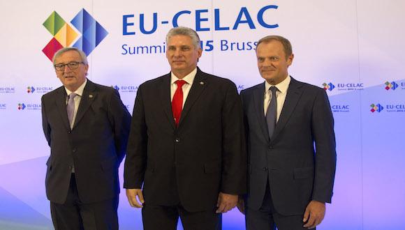 El Presidente de la Comisión Europea, Jean-Claude Juncker, izquierda, y el presidente del Consejo Europeo, Donald Tusk, derecha, dan la bienvenida al Primer Vicepresidente de Cuba Miguel-Canel Bermúdez a  su llegada a la Cumbre UE-CELAC en Bruselas el miércoles 10 de junio de 2015. Foto: Virginia Mayo/ AP.