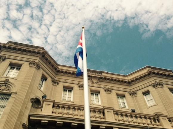 Bandera cubana ondea en Washington, en la sede de la Embajada de Cuba en Estados Unidos. Foto: Ismael Francisco.