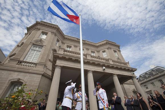 Ceremonia oficial de izamiento de la bandera en la Embajada de Cuba en Washington, el 20 de julio de 2015. Foto: Ismael Francisco/ Cubadebate
