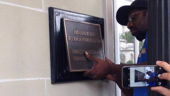 Quitan la placa que señalaba a la Casona de la Calle 16, en Washington DC, como Oficina de Intereses de la Isla. Foto: Facebook/ Sergio Alejandro Gómez