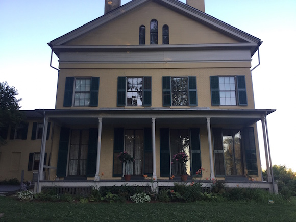 Otra vista de la casa-museo de Emily Dickinson.