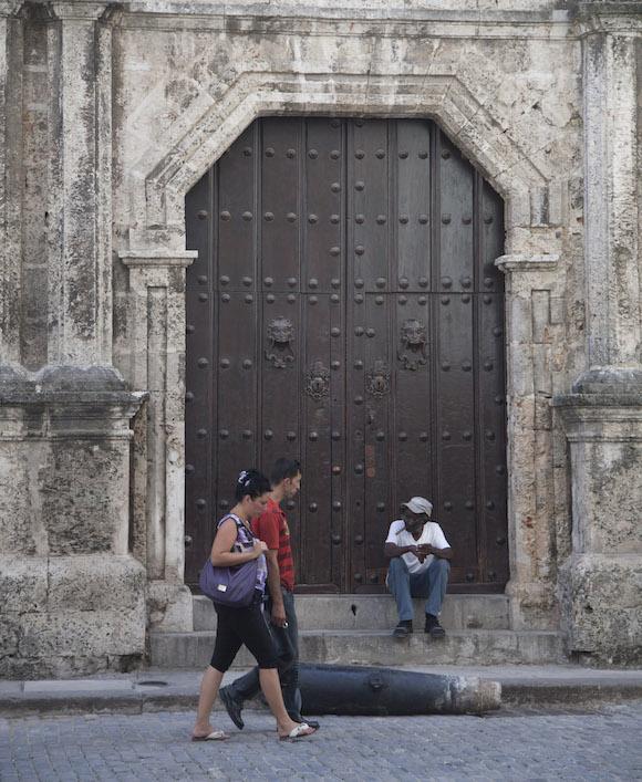 El antiguo portón principal del Colegio de San Carlos y San Ambrosio, de La Habana, hoy Centro Cultural Padre Félix Varela. Foto: Ismael Francisco/ Cubadebate
