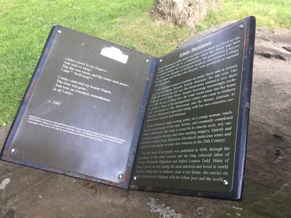 Tarja que reproduce el poema de Emily Dickinson: