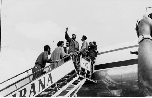 Fidel saluda desde la escalerilla del avión que lo conducirá a él y a la delegación cubana que participará en el XV Periodo de Sesiones de la Asamblea General de la ONU en Nueva York. Foto: Alberto Korda
