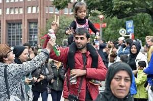 Bienvenida a migrantes en la ciudad alemana de Dortmund, donde voluntarios regalaron alimentos y juguetes para los niños; lo mismo ocurrió en las estaciones de tren de Múnich y Fráncfort Foto Ap