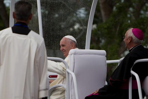 El Papa Francisco se despide de Holguín para ir a su último destino: Santiago de Cuba. Foto: Ladyrene Pérez / Cubadebate
