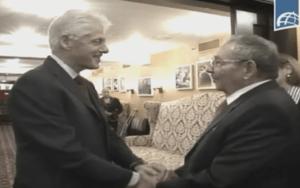 Raúl y Clinton este sábado en Nueva York. Foto capturada de la TV