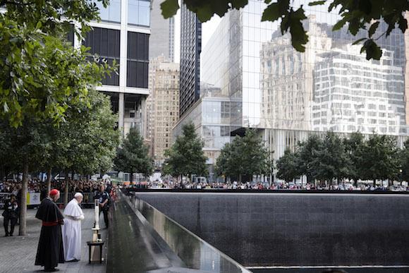 El Papa Francisco y el Cardenal Timoty Dolan, resan en la Fuente Sur del Memorial 9/11 en Manhattan. Foto: John Minchillo/ AP