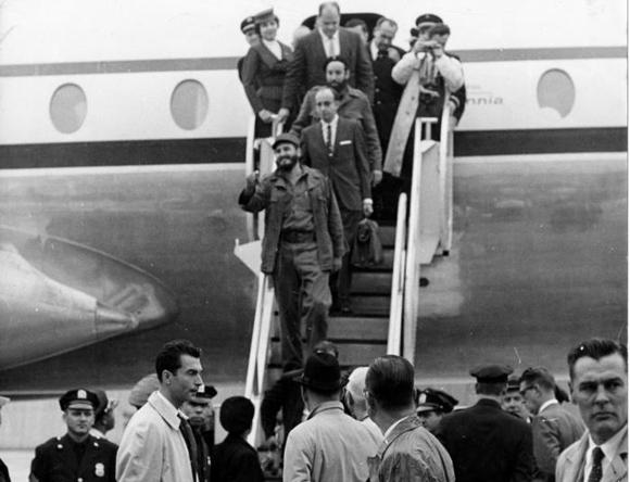 Fidel desciende del avión en el aeropuerto de Idlewild, Nueva York. Foto: Alberto Korda