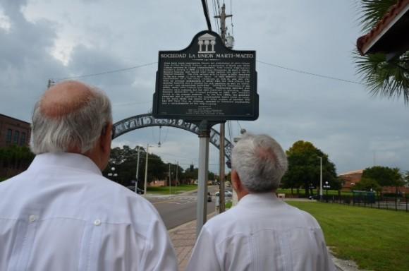 Emiliano Salcines, historiador de Tampa y Eusebio Leal en el sitio donde se señaliza la Sociedad Martí-Maceo fundada en Ybor City en 1904