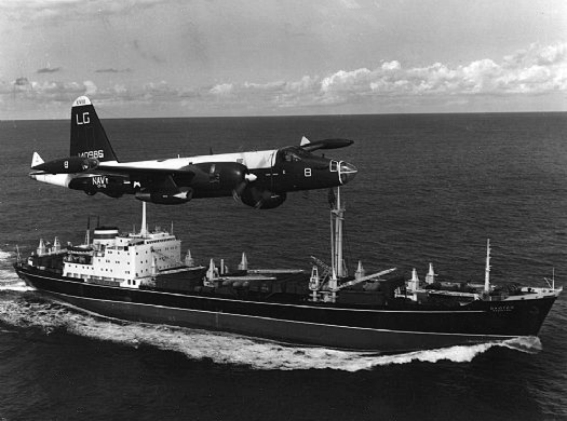P-2H_Neptune_over_Soviet_ship_Oct_1962 Crisis de Octubre