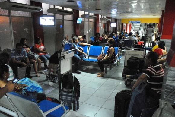 A la espera de los vuelos y la información adecuada. Foto: Juan Pablo Carreras / Cubadebate