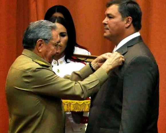 El Presidente cubano lo condecoró con el título de Héroe de la República de Cuba y la Orden Playa Girón. Foto: Ladyrene Pérez/Cubadebate.