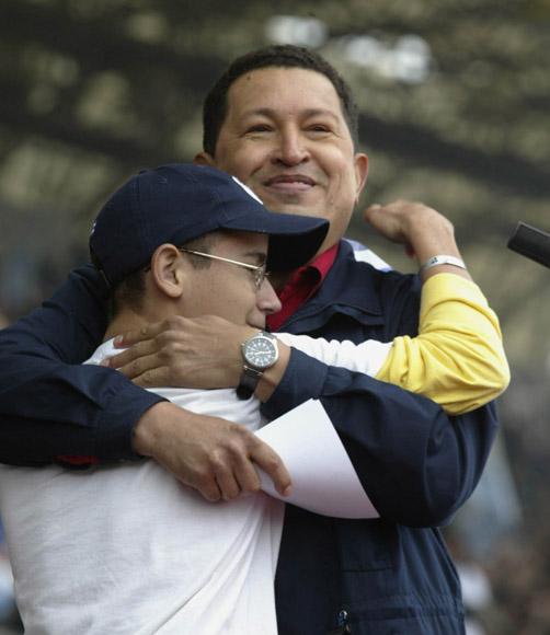 Hugo Chavez abraza a un pionero cubano durante el Acto de la CUmbre de los Pueblos en mar del Plata Argentina. Foto: Ismael Francisco/Cubadebate.