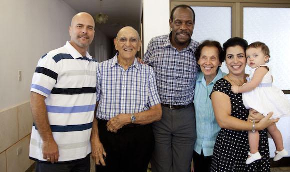 Danny Glover se encuentra por primera vez con Gema. Foto: Ismael Francisco/ Cubadebate