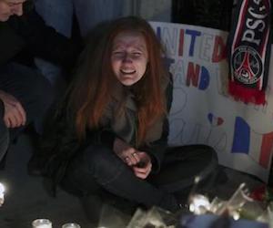 En la foto, Polina Volkova amiga de Nick Alexander Eagles Of Death Metal que murió en el ataque llora durante una vigilia en el consulado de Francia en Manhattan.  Foto: Reuters