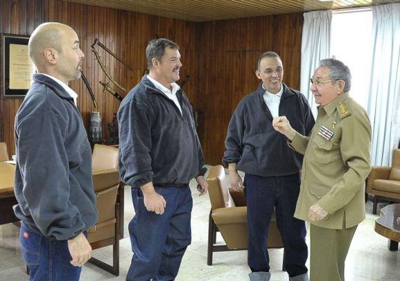 Raúl recibe a Gerardo, Ramón y Antonio a su llegada a Cuba el 17 de diciembre del 2014. Foto: Estudio Revolución.