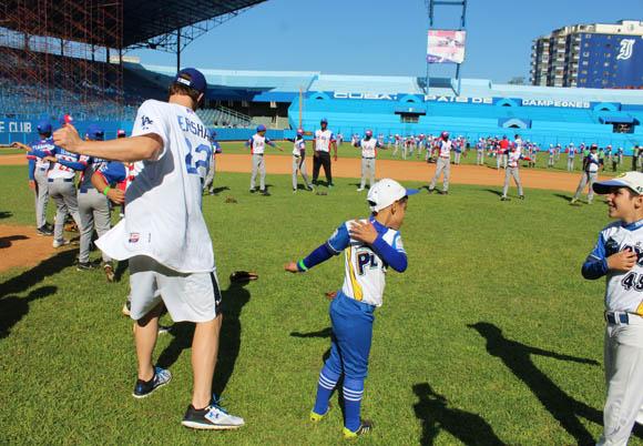 Clayton Kershaw calienta junto a los niños antes de comenzar los entrenamientos.