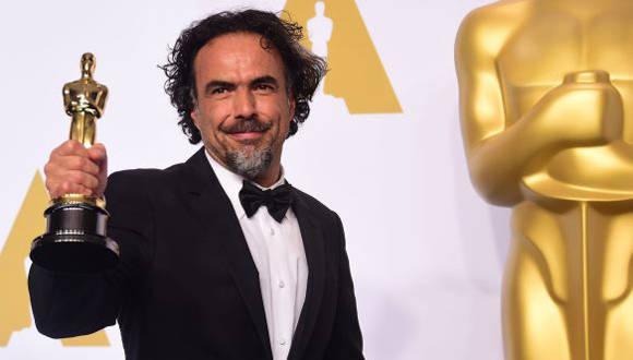 Alejandro González Iñárritu al recibir el premio a la mejor película en la edición pasada de los Oscar. Foto: AFP