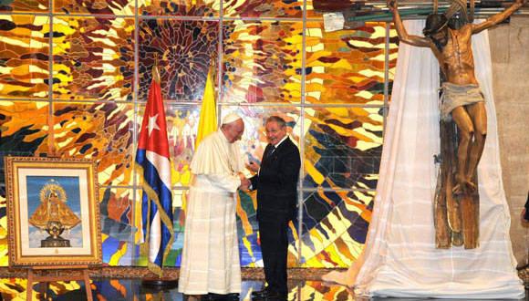 A la izquierda regalo del Papa Francisco a Raúl, a la derecha obra de Kcho que Raúl le obsequió al Sumo Pontífice. Foto: Miguel Guzmán/ AIN-PL.