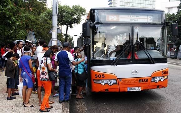 El transporte público es deficiente, lo que contribuye aún más a la especulación de los taxistas. Foto. José Raúl Concepción/Cubadebate.