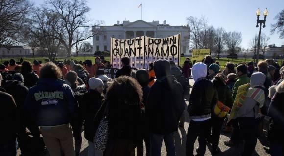 Estadounidenses protestan el lunes 11 de enero de 2016 ante la Casa Blanca y exigen el cierre de la prisión que mantiene ese gobierno en  Guantánamo, Cuba. Foto: Carolyn Kaster/ AP
