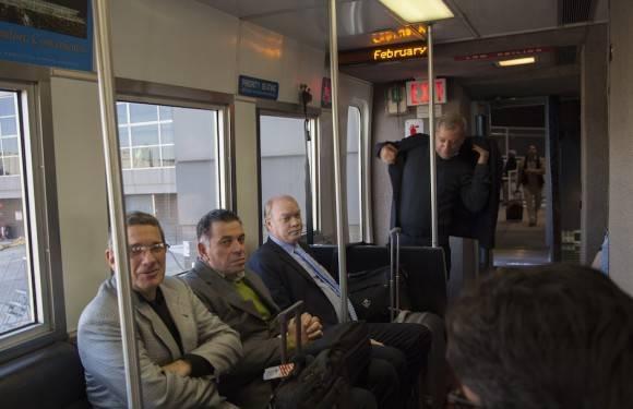 En el tren que llevó al Ministro de la pista aérea hasta la Sala de chequeo de inmigración del Aeropuerto. Foto: Ismael Francisco/ Cubadebate