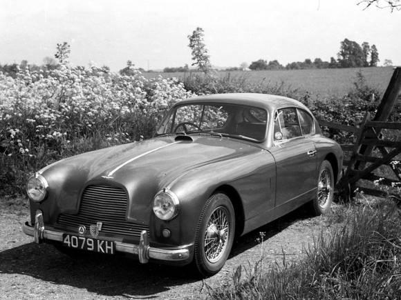 Sólo dos Aston Martin DB2/4 con motor de competición fueron fabricados. Este es uno de ellos. El carro de las imágenes fue fotografiado por Jonathan Ward – de la revista Road&Track – en un reportaje sobre la cultura automovilística de Cuba.