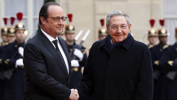 El Presidente Francés Francois Hollande recibe al mandatario cubano Raúl Castro en el Palacio de los Eliseos, en París. Foto: Francois Mori/AP