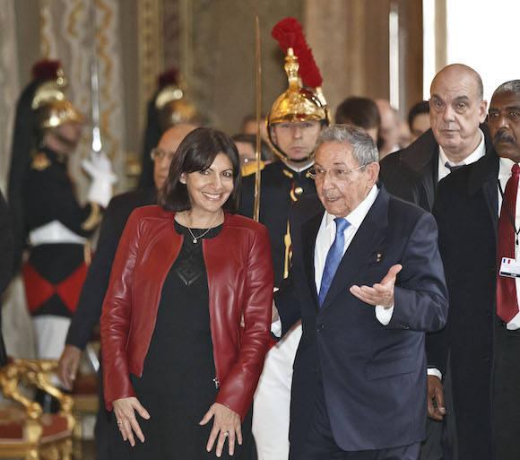 Con la alcaldesa de París, Anne Hidalgo. Foto: Michel Euler/ AP/ Pool